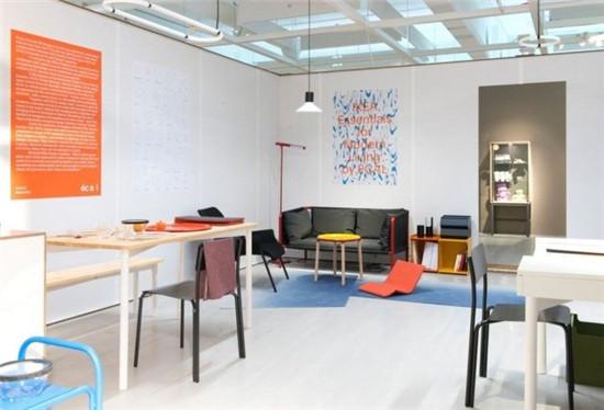 在瑞典的南部小镇阿姆霍特,全球最大的家居制造零售商宜家 (IKEA) 建起了一座博物馆。博物馆将在 6 月底对公众开放,在小镇中心的火车站,你可以按照指示牌所指,走上十多分钟,看到宜家的过去和未来。  博物馆的所在地过去是宜家在全球的第一家商场。宜家的员工喜欢回忆这里曾经满是石头。宜家商场 1943 年在这个看起来一无所有的阿姆霍特建成,今年 90 岁的创始人英格瓦坎普拉德之后一度在全球富豪榜名列前茅。截止到 2015 年 8 月的 2015 财年,全球 328 家宜家家居的门店一齐贡献了 319 亿欧元
